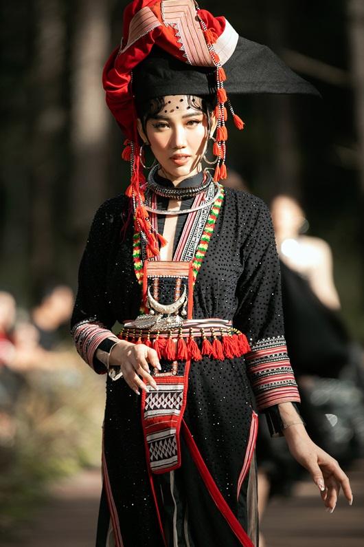 Thúy Ngân hóa thiếu nữ dân tộc đầy cuốn hút giữa rừng thông - Ảnh 4