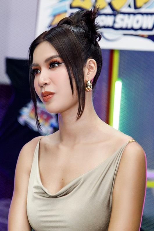 Siêu mẫu Minh Tú khoe body như nữ thần khi thị phạm catwalk cho mẫu nhí - Ảnh 1