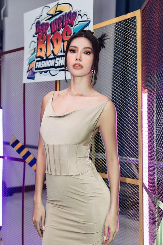 Siêu mẫu Minh Tú khoe body như nữ thần khi thị phạm catwalk cho mẫu nhí - Ảnh 2