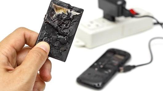 Điện thoại phát nổ khi đang sạc, thiếu niên 15 tuổi dập nát hai bàn tay - Ảnh 1