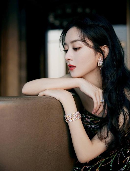 """Triệu Lệ Dĩnh đổi stylist, diện liền 3 bộ váy đẹp tuyệt, lên thẳng """"top hotsearch"""" - Ảnh 1"""