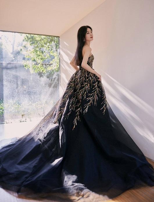 """Triệu Lệ Dĩnh đổi stylist, diện liền 3 bộ váy đẹp tuyệt, lên thẳng """"top hotsearch"""" - Ảnh 2"""