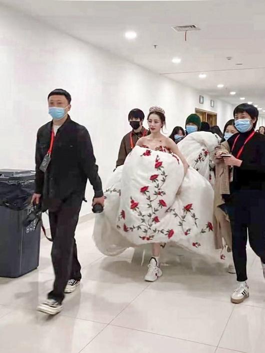 Sao nữ Hoa ngữ đi giày thể thao lên thảm đỏ: Người được khen, kẻ bị chê tơi tả - Ảnh 3