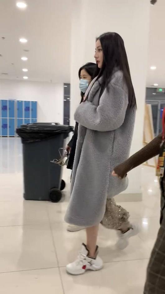 Sao nữ Hoa ngữ đi giày thể thao lên thảm đỏ: Người được khen, kẻ bị chê tơi tả - Ảnh 4