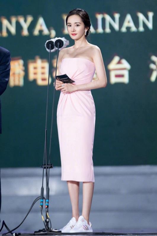 Sao nữ Hoa ngữ đi giày thể thao lên thảm đỏ: Người được khen, kẻ bị chê tơi tả - Ảnh 7