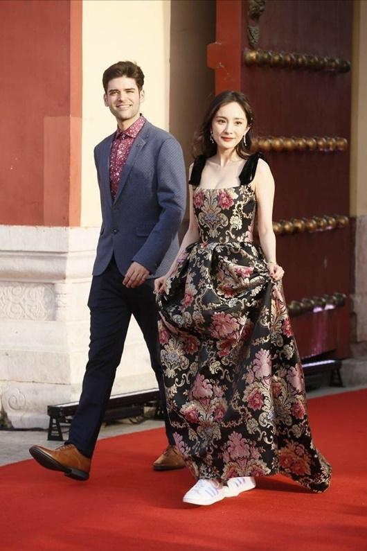 Sao nữ Hoa ngữ đi giày thể thao lên thảm đỏ: Người được khen, kẻ bị chê tơi tả - Ảnh 8