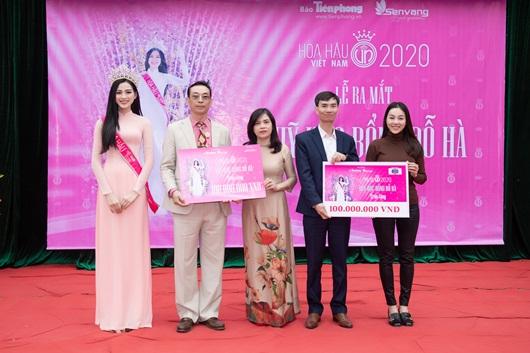 """Hoa hậu Đỗ Thị Hà """"ghi điểm"""" khi về thăm trường cũ, trao quỹ học bổng - Ảnh 3"""