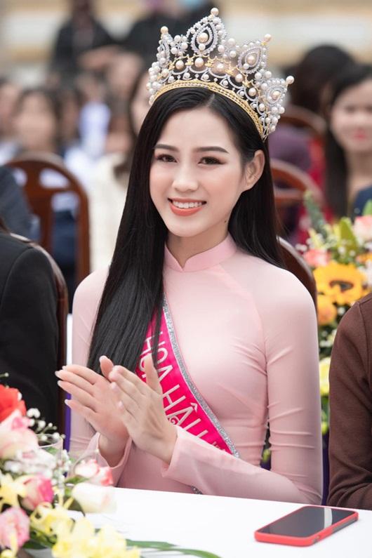 """Hoa hậu Đỗ Thị Hà """"ghi điểm"""" khi về thăm trường cũ, trao quỹ học bổng - Ảnh 7"""