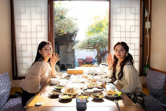 """Nữ idol Kpop """"gây bão"""" mạng xã hội với khoảnh khắc ngồi ăn """"sang như công chúa"""" - Ảnh 1"""
