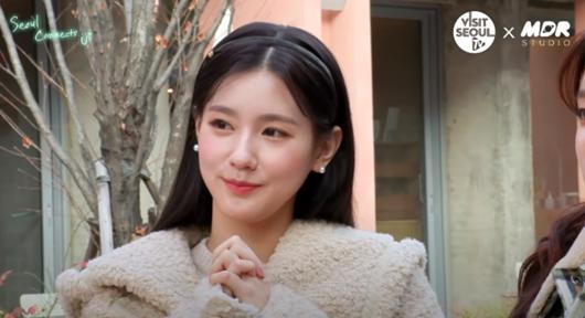 """Nữ idol Kpop """"gây bão"""" mạng xã hội với khoảnh khắc ngồi ăn """"sang như công chúa"""" - Ảnh 2"""