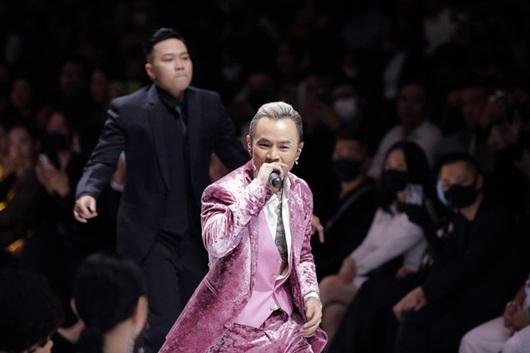"""Video: Binz bất ngờ nắm tay Châu Bùi khi đang trình diễn khiến dân tình ra sức """"đẩy thuyền"""" - Ảnh 2"""
