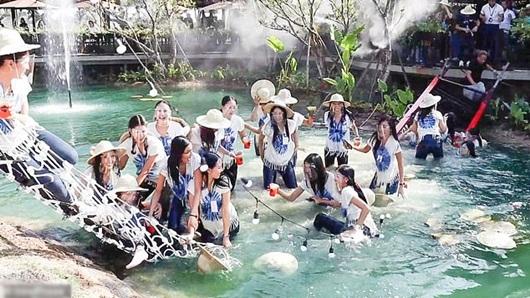 Khoảnh khắc sập cầu treo khiến cả dàn thí sinh Hoa hậu Thái Lan rơi xuống nước - Ảnh 1