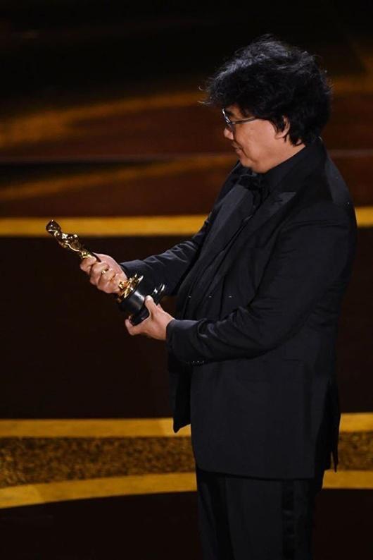 """Khoảnh khắc đáng yêu của đạo diễn """"Ký sinh trùng"""" tại Oscar """"gây bão"""" mạng xã hội - Ảnh 7"""