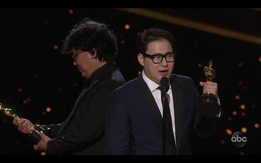 """Khoảnh khắc đáng yêu của đạo diễn """"Ký sinh trùng"""" tại Oscar """"gây bão"""" mạng xã hội - Ảnh 4"""