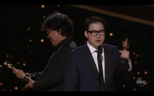 """Khoảnh khắc đáng yêu của đạo diễn """"Ký sinh trùng"""" tại Oscar """"gây bão"""" mạng xã hội - Ảnh 5"""