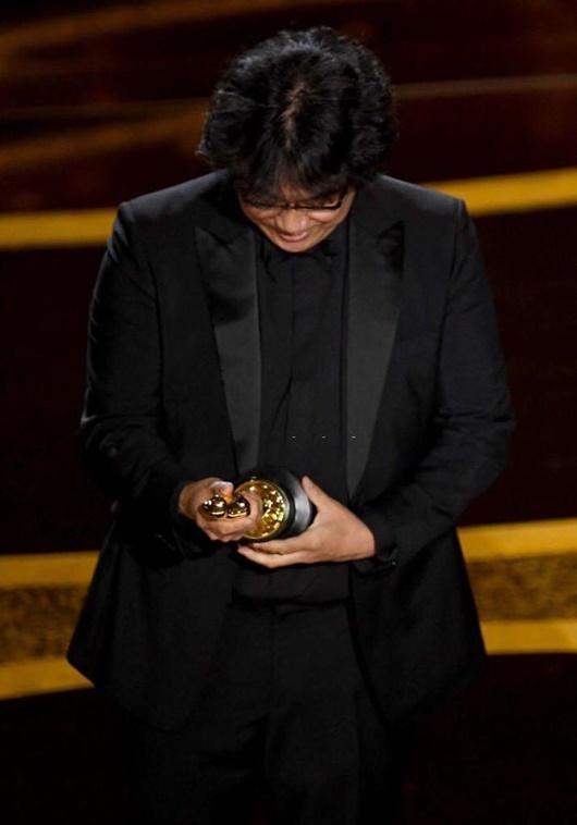 """Khoảnh khắc đáng yêu của đạo diễn """"Ký sinh trùng"""" tại Oscar """"gây bão"""" mạng xã hội - Ảnh 8"""