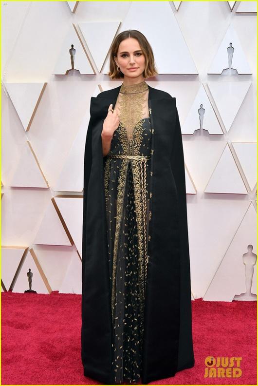 """Thảm đỏ Oscar 2020: Dàn sao """"Ký sinh trùng"""" rạng rỡ, Scarlett Johansson gợi cảm bên vị hôn phu - Ảnh 10"""