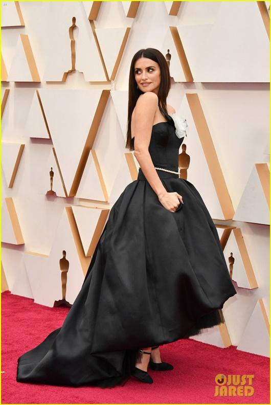 """Thảm đỏ Oscar 2020: Dàn sao """"Ký sinh trùng"""" rạng rỡ, Scarlett Johansson gợi cảm bên vị hôn phu - Ảnh 11"""