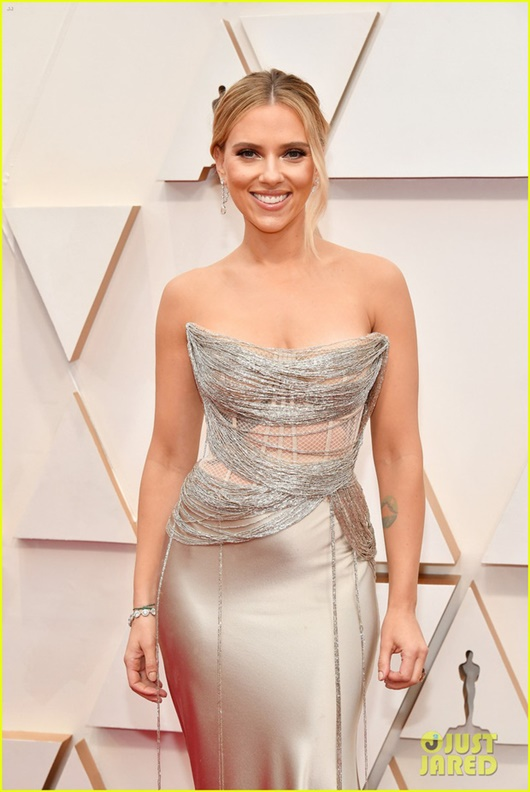 """Thảm đỏ Oscar 2020: Dàn sao """"Ký sinh trùng"""" rạng rỡ, Scarlett Johansson gợi cảm bên vị hôn phu - Ảnh 4"""