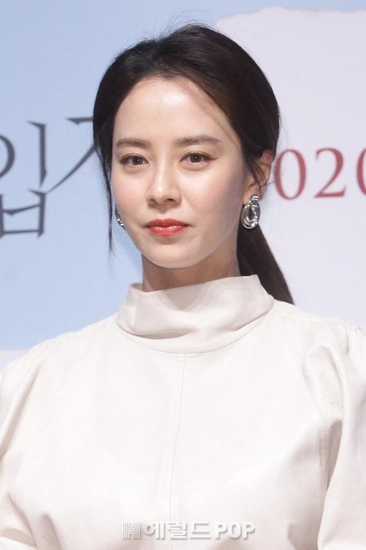 """Nhan sắc """"gây sửng sốt"""" ở tuổi 38 của """"mợ ngố"""" Song Ji Hyo - Ảnh 2"""