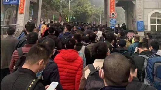 Hàng trăm người Trung Quốc xếp hàng chờ nhập cảnh Việt Nam ở cửa khẩu Hữu Nghị - Ảnh 1