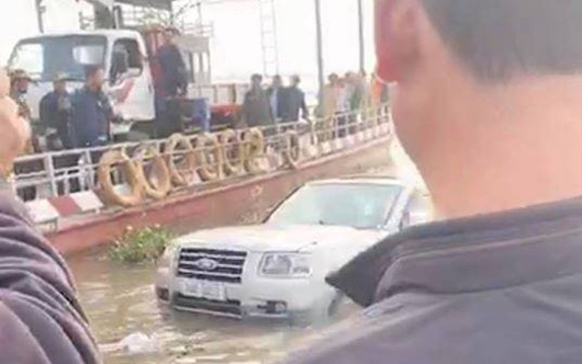 Nam Định: Xe 7 chỗ trôi xuống sông trong lúc chờ phà, 1 phụ nữ tử vong - Ảnh 1