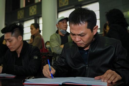 Dàn nghệ sĩ Việt đau buồn, bật khóc nức nở khi đến tiễn đưa NSƯT Vũ Mạnh Dũng - Ảnh 8