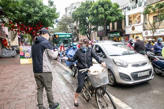 Khắc Việt tự bỏ tiền mua 30.000 khẩu trang phát miễn phí cho người dân - Ảnh 2