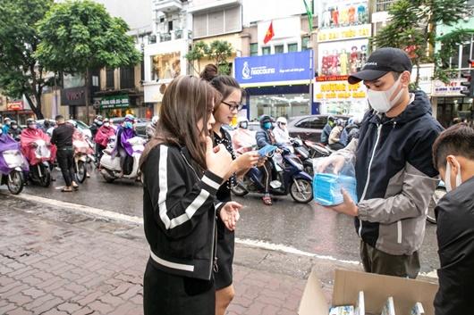 Khắc Việt tự bỏ tiền mua 30.000 khẩu trang phát miễn phí cho người dân - Ảnh 3