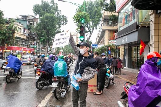 Khắc Việt tự bỏ tiền mua 30.000 khẩu trang phát miễn phí cho người dân - Ảnh 1