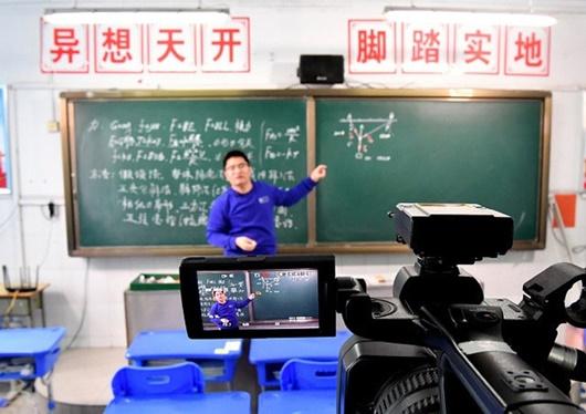Thầy trò Trung Quốc học trực tuyến khi trường học đóng cửa vì virus corona - Ảnh 1