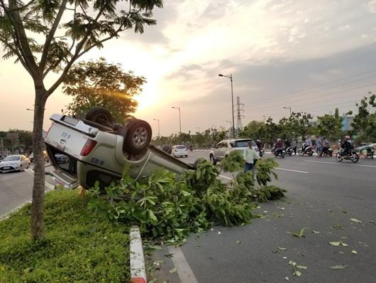 Ô tô tông gãy cây rồi lật ngửa, phải phá cửa để giải cứu 5 người kẹt trong xe - Ảnh 1