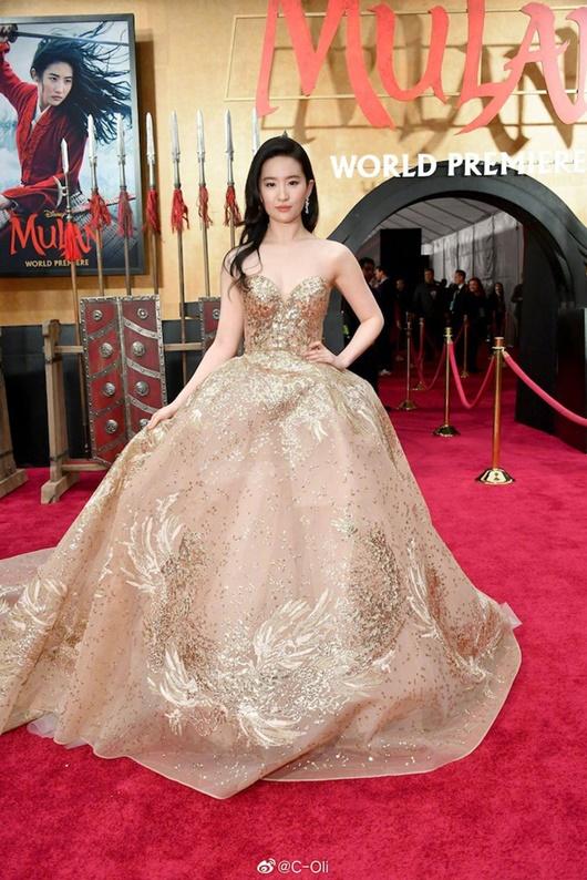 """Lưu Diệc Phi diện váy thêu phượng hoàng, khoe vai trần trắng mịn trên thảm đỏ ra mắt """"Mulan"""" - Ảnh 1"""