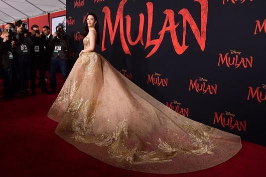 """Lưu Diệc Phi diện váy thêu phượng hoàng, khoe vai trần trắng mịn trên thảm đỏ ra mắt """"Mulan"""" - Ảnh 3"""