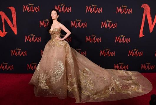 """Lưu Diệc Phi diện váy thêu phượng hoàng, khoe vai trần trắng mịn trên thảm đỏ ra mắt """"Mulan"""" - Ảnh 4"""