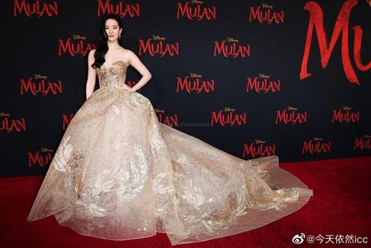 """Lưu Diệc Phi diện váy thêu phượng hoàng, khoe vai trần trắng mịn trên thảm đỏ ra mắt """"Mulan"""" - Ảnh 5"""