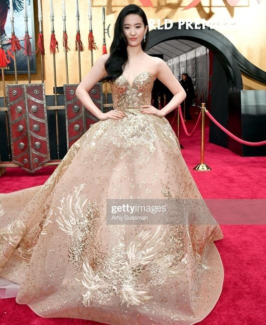 """Lưu Diệc Phi diện váy thêu phượng hoàng, khoe vai trần trắng mịn trên thảm đỏ ra mắt """"Mulan"""" - Ảnh 2"""