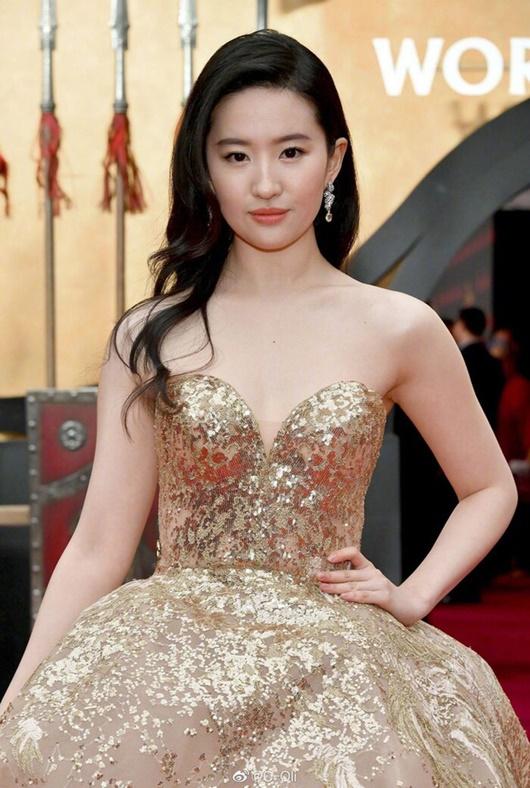 """Lưu Diệc Phi diện váy thêu phượng hoàng, khoe vai trần trắng mịn trên thảm đỏ ra mắt """"Mulan"""" - Ảnh 6"""