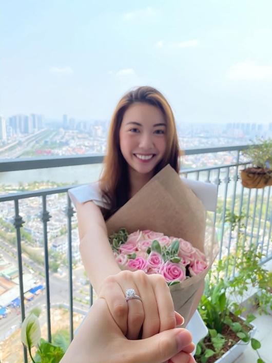 Sau khi khoe nhẫn kim cương, á hậu Thúy Vân xác nhận sẽ cưới trong năm 2020 - Ảnh 1