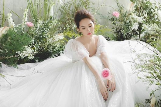 """Ngọc Trinh """"hở nhè nhẹ"""", đẹp như công chúa ngủ trong rừng với váy trắng tinh khôi - Ảnh 3"""