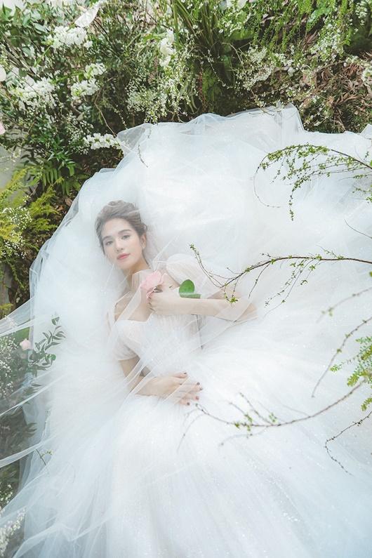 """Ngọc Trinh """"hở nhè nhẹ"""", đẹp như công chúa ngủ trong rừng với váy trắng tinh khôi - Ảnh 4"""