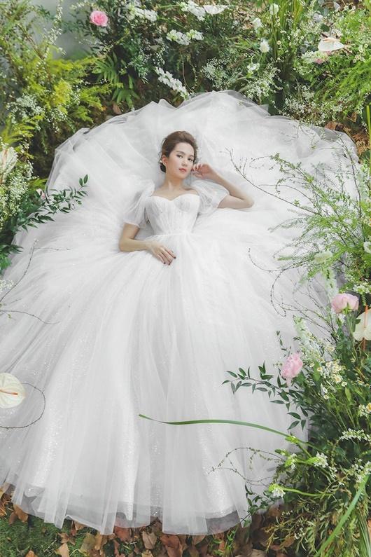 """Ngọc Trinh """"hở nhè nhẹ"""", đẹp như công chúa ngủ trong rừng với váy trắng tinh khôi - Ảnh 5"""