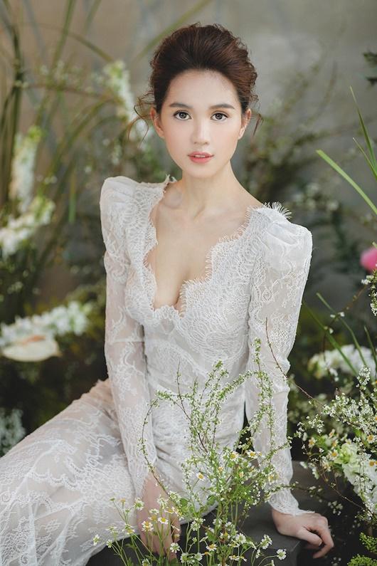 """Ngọc Trinh """"hở nhè nhẹ"""", đẹp như công chúa ngủ trong rừng với váy trắng tinh khôi - Ảnh 9"""