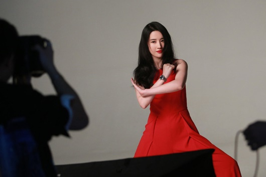 Lưu Diệc Phi lộ ảnh hậu trường đẹp xuất sắc, quên đi khoảnh khắc bị chê trên thảm đỏ London - Ảnh 3