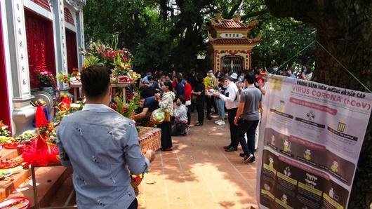 Người Hà Nội vẫn chen nhau đi lễ Phủ Tây Hồ bất chấp dịch Covid-19 - Ảnh 1