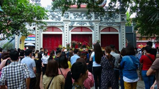 Người Hà Nội vẫn chen nhau đi lễ Phủ Tây Hồ bất chấp dịch Covid-19 - Ảnh 2