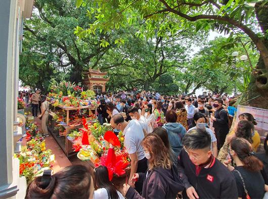Người Hà Nội vẫn chen nhau đi lễ Phủ Tây Hồ bất chấp dịch Covid-19 - Ảnh 5