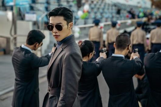 """Khoảnh khắc đối mặt """"tóe lửa"""" giữa Lee Min Ho và bạn diễn nam khiến dân tình xôn xao - Ảnh 2"""