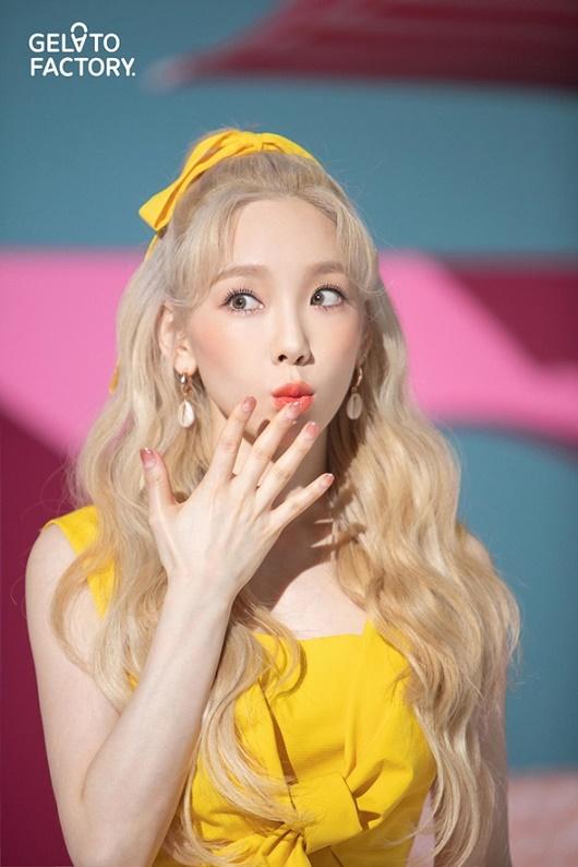 """Làn da trắng như thể đang """"phát sáng"""", hòa cả vào màu áo của """"nữ thần Kpop"""" Taeyeon - Ảnh 8"""