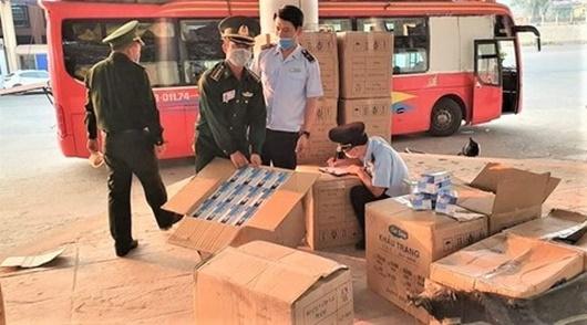 Chuyển giao 64.700 khẩu trang y tế bị bắt giữ ở Quảng Trị để phòng chống dịch Covid-19 - Ảnh 1